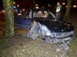 Girtas vairuotojas apdaužė du krovininius automobilius, trenkėsi į medį ir pabėgo
