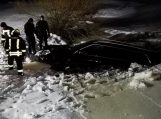 Nuo kelio nuslydęs automobilis įlūžo ir nuskendo