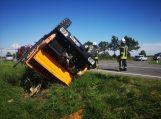 Stabdžių netekęs sunkvežimis vertėsi griovyje