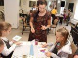 Sigutė Ach kartu su vaikais kūrė akvarelės liejinių stebuklus
