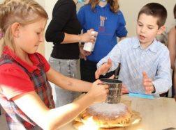 Vaikai kepė draugystės pyragą, kvepiantį obuoliais
