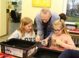 Penktokai Rusnės bibliotekoje konstravo ir mokėsi valdyti robotus
