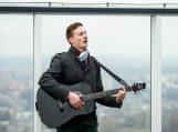 Vaikinas iš Saugų meilės dainą sudainavo ant aukščiausio namo Lietuvoje