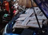 Aukštakulnių batų įspaudai pareigūnus nuvedė prie konteinerių, pilnų kontrabandinių cigarečių