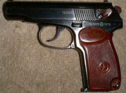 Vagis išsinešė kovinį pistoletą, auksą ir pinigus