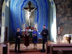 Po bažnyčios skliautais – jautriai sugiedota malda