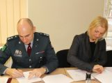 Pagėgių policijos komisariate pasirašyta bendradarbiavimo sutartis smurto aukoms ginti