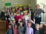 Grabupių bibliotekoje vaikai rodė spektaklį, skirtą Lietuvos nepriklausomybės atkūrimo dienai