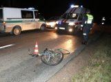 Girtas dviratininkas išvingiavo priešais automobilį