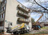Lūžus bendrabučio balkono stogeliui žuvo darbininkas