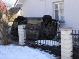 Nepatyrusio vairuotojo nesuvaldytas automobilis įskriejo į namo sieną (papildyta)
