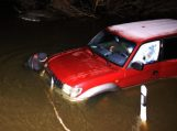 Kelyje į Rusnę jau 75 cm vandens, tačiau atsiranda drąsuolių mėginančių automobiliu įveikti ir tokį gylį (papildyta 14.40 val.)