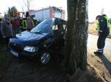 Medikės vairuojamas automobilis trenkėsi į medį, sunkiai sužalota vairuotoja