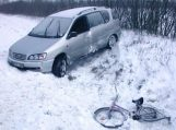 Slidžiame kelyje partrenkė dviratininkę