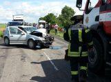 Vilkiką lenkęs automobilis manevrą baigė atsitrenkdamas į kitą automobilį