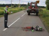 Traktorininkas kliudė ir mirtinai sužalojo dviratininkę