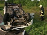 Sugedęs automobilis nuvažiavo nuo kelio ir vertėsi