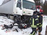 """Susidūrus vilkikui ir """"VW Passat"""" žuvo keturi žmonės"""