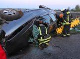 Žemaitkiemyje girto 18-mečio nesuvaldytas automobilis trenkėsi į medį