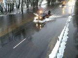 Kelyje Šilutė–Rusnė 23 cm vandens, lengvieji automobiliai keliami