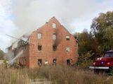 Netoli statomo Sporto ir sveikatingumo komplekso degė apleistas pastatas