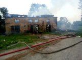 Kiaules nuo ugnies gelbėjo mėtydami jas pro langą