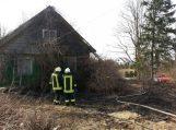 Inkakliuose nuo padegtos žolės užsidegė gyvenamas namas