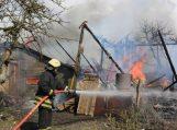 Užsiliepsnojus ūkiniam pastatui, liepsnos persimetė į gretimą sodybą, kur supleškino dar keletą pastatų
