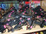 Rado išmestus dujinius pistroletus