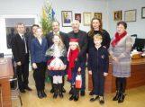 Pamario pagrindinės mokyklos pradinukų dovana savivaldybės vadovams