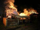 Gaisras suniokojo nelaimių persekiojamos šeimos ūkinį pastatą
