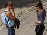 """Įvestas draudimas nepilnamečiams rūkyti viešose vietose, bet """"komendanto"""" laiko nebus"""