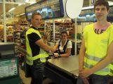 Šilutėje jaunieji policijos rėmėjai dalino lankstinukus pardavėjoms