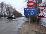 Staiga pakilęs vanduo užtvindė kelią į Rusnę, pradėtas automobilių kilnojimas (atnaujinta)