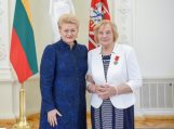 Prezidentė apdovanojo daugiavaikę mamą Oną Venckienę