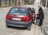 Senolė neturėdama teisės vairuoti automobilio pėsčiųjų perėjoje partrenkė vaiką