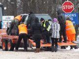 Nuo tralo nuvažiavo automobilis, žmones gelbėjo kito tralo vairuotojas