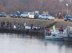 Stintų žvejai graibštais gaudė skęstantį žveją