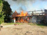Juknaičiuose sudegė ūkinis pastatas