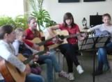 Renginio metu Vilkyčių pagrindinės mokyklos mergaitės padainavo kelias dainas, pritardamos gitarų garsams.