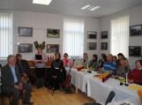 Nuotraukoje (iš kairės): poetas, žurnalistas Eugenijus Skipitis, bardas Giedrius Paškevičius, Pagėgių savivaldybės viešosios bibliotekos direktorė Elena Stankevičienė ir dainų autorius bei atlikėjas Algirdas Svidinskas.