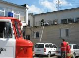Nuo dūmų apsinuodijęs autobusiuko vairuotojas dėl apsvaigimo patenka ant 1-o aukšto stogelio