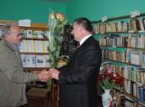 Nuotraukoje (iš dešinės): Pagėgių savivaldybės vicemeras Vytautas Stanišauskas sveikina literatą Bronių Bagdoną
