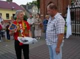 Švėkšnos šviesuoliui Mindaugui Nogaičiui iš Vilkų Kampo kaimo (dešinėje) už muzikinį pasirodymą dėkoja Švėkšnos seniūnas Alfonsas Šeputis.