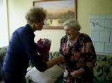 Garbingo amžiaus sulaukusią senolę sveikino Saugų seniūnė Anastazija Oželytė