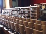 Vainuto biblioteka su 13 tūkstančių knygų ir visu inventoriumi glaudžiasi kultūros namų salėje