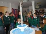 Moksleivės prie naujojo Pagėgių simbolio – fontano maketo