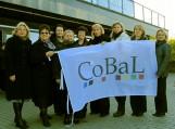 Šilutiškiai bibliotekininkai Trakuose kartu su savo bičiuliais X-ojo Baltijos šalių bibliotekininkų kongreso rengėjais su CoBaL9 kongreso vėliava. Nuoraukos F. Bajoraičio viešosios bibliotekos