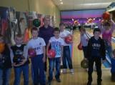 """Švėkšnos """"Saulės"""" gimnazijos pradinių klasių mokiniai žaidė tarpklasinėse boulingo varžybose. Nuotraukos Nijolės Kairienės"""