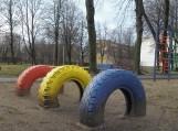 Šios padangos turi būti utilizuotos ir negali būti naudojamos kaip švietimo įstaigų aplinkos puošybos elementas ar vaikų žaidimams. Nuotraukos Edvardo Lukošiaus